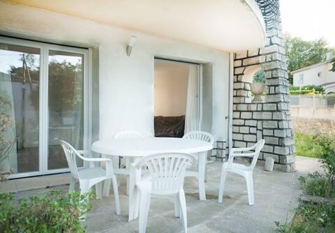 T1 Rez - jardin en villa prox plage