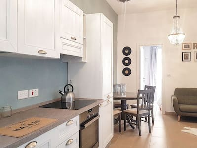 Stylish Luxe Apartment - Close to the Capital