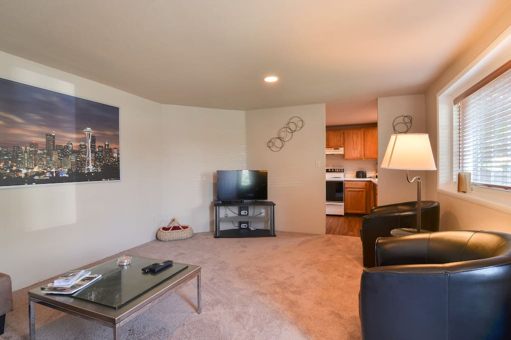 Spacious and bright living room & TV with Cable & HBO
