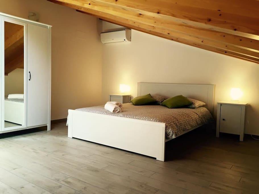 Camera da letto matrimoniale con poltrona letto singolo