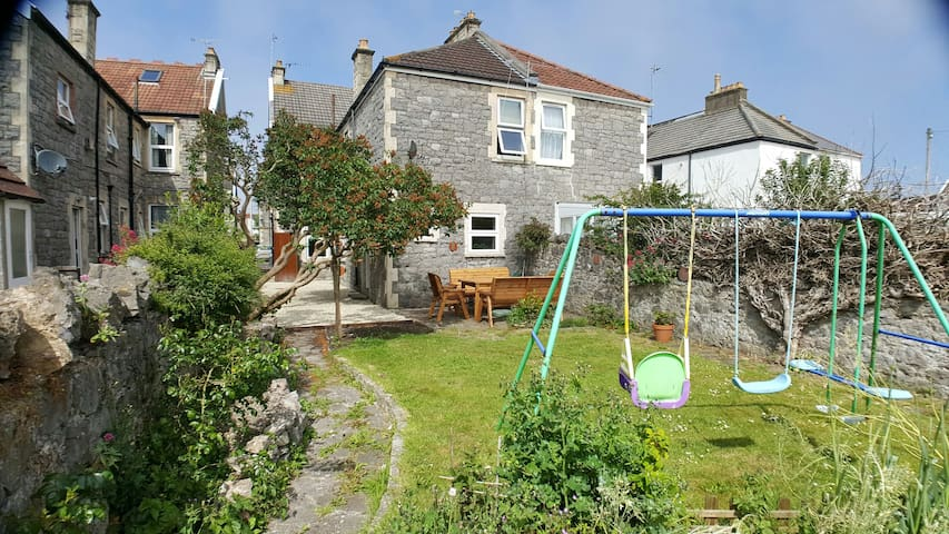 2 bedroom garden flat,parking space nr the beach