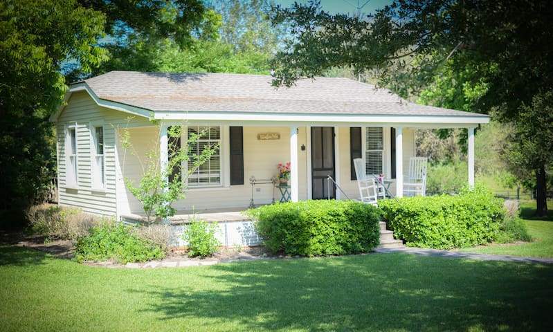 The Cottages on Mill Creek-  Bliss  - Round Top - Bed & Breakfast