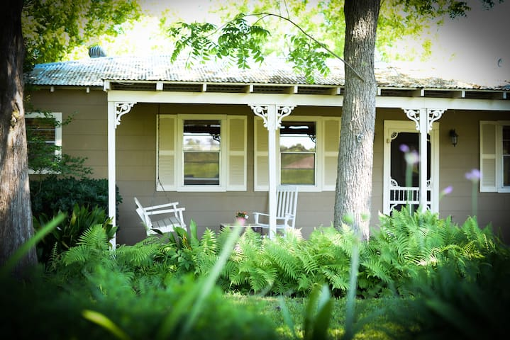 The Cottages on Mill Creek: Comfort - Round Top - Bed & Breakfast