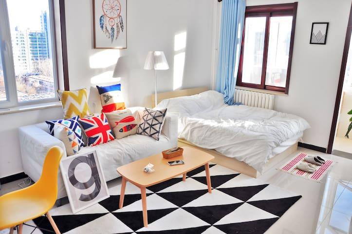 【已审核所有入住人来源】3#阳光超好的大主卧,两居室的大卧室,43寸智能电视,全新装修干净整洁设施齐