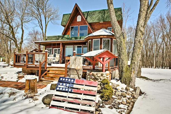 Fort Atkinson Lake House w/Grill, Deck & Game Room