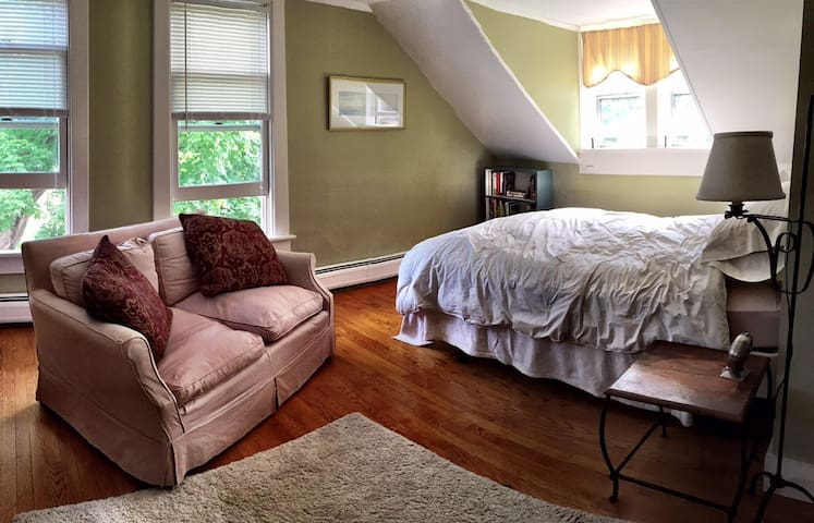 Southwest Vermont: Queen Bedroom - Sunderland - Ev