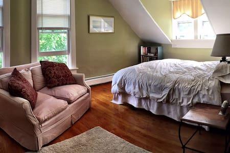 Southwest Vermont: Queen Bedroom - Sunderland
