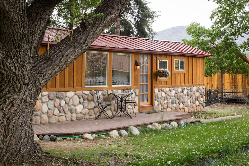 Winter tree cottage cabins for rent in buena vista for Winter cabin rentals colorado