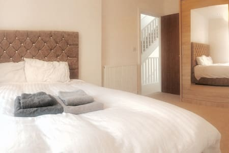 Light double bedroom near the city - London - Hus