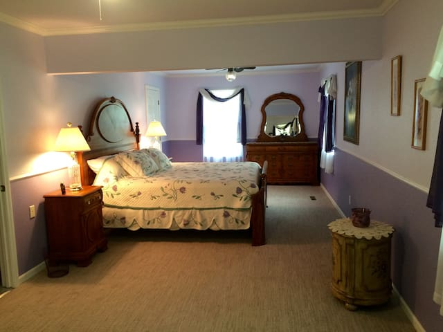 Lavender Suite Guestroom
