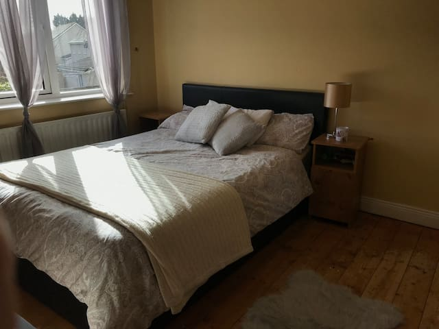 Bright, cozy double room with en-suite, Limerick