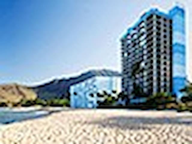 On the beach, corner unit with wrap around patio. - Mākaha - Apto. en complejo residencial