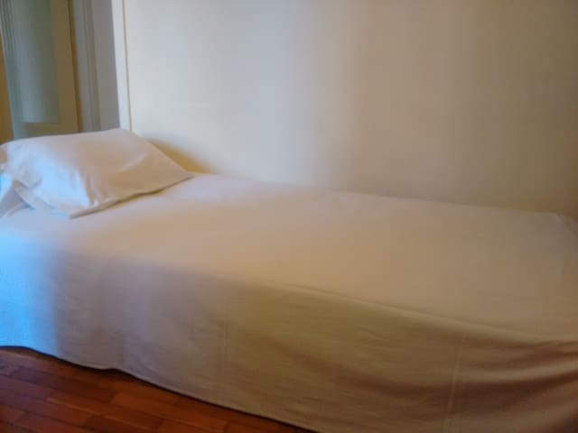 Βackpackers place - wash, sleep and go - Patras