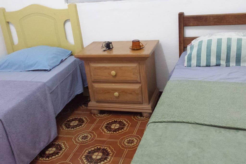 quarto 1 - duas camas, ar condicionado.