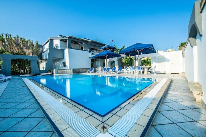 La Mediterranea Villa Apartments : Poolside Flat
