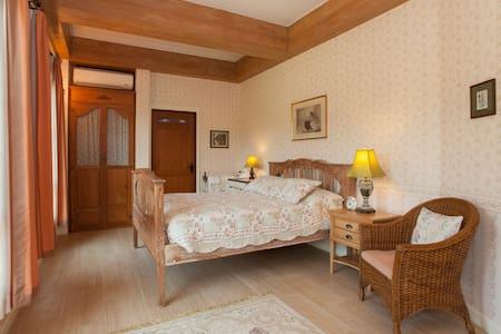 Charming English Bedroom inside Manor House - Hang Dong