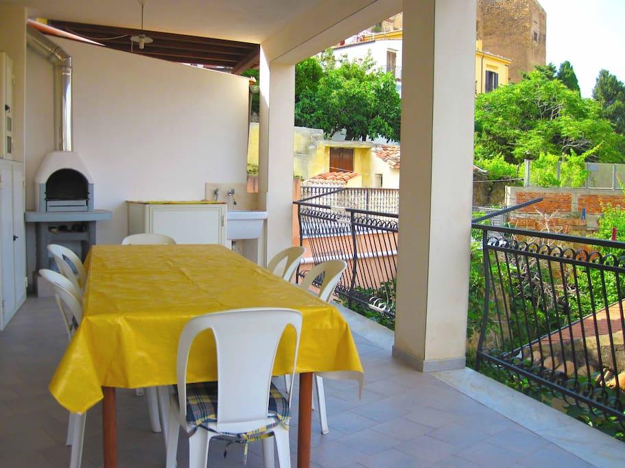 grande terrazzo completo di tavolo, sedie, barbecue, lavatrice e angolo lavanderia