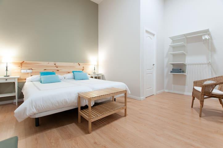 Habitación doble con baño+TV+WIFI cocina y comedor compartido