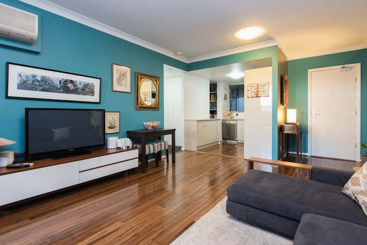 The Biggest Bed in Sydney + Parking - Redfern - Apartamento