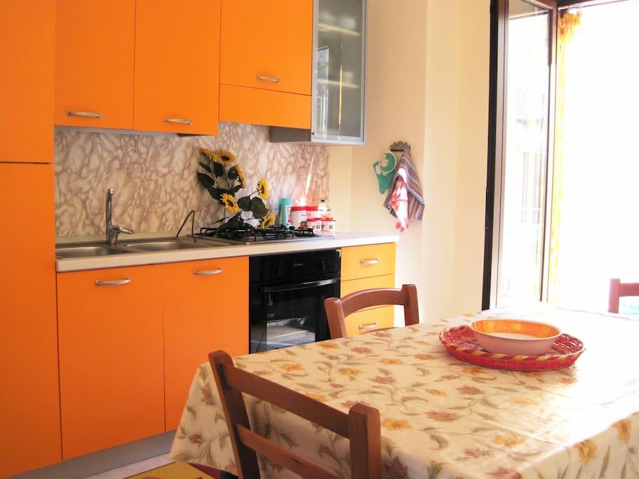 cucina completa di stoviglie, frigo, freezer tavolo e sedie