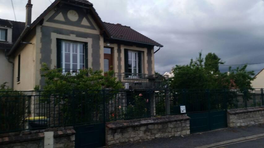 Agreable pavillon sur jardin - Saint-Pierre-lès-Nemours - Rumah