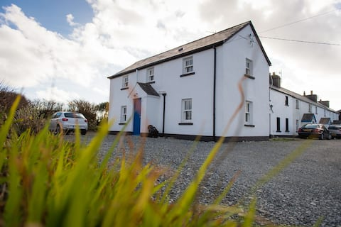 Cosy and Chic House, Cleggan with Sea views & WIFi