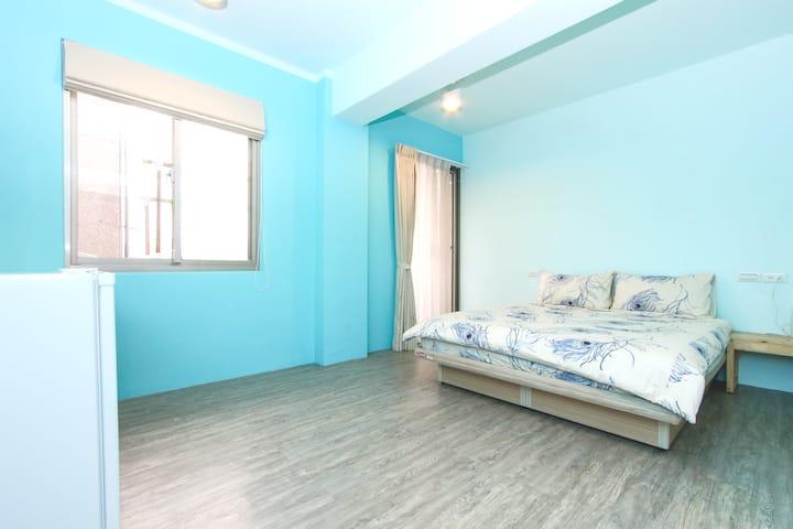 Room with balcony and bathroom, 5 min to MRT