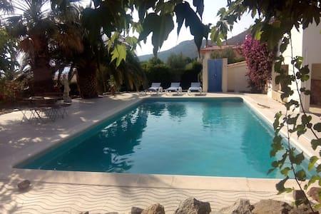 Schöne Wohnung mit Pool u. Terrasse - Pau - Lejlighedskompleks