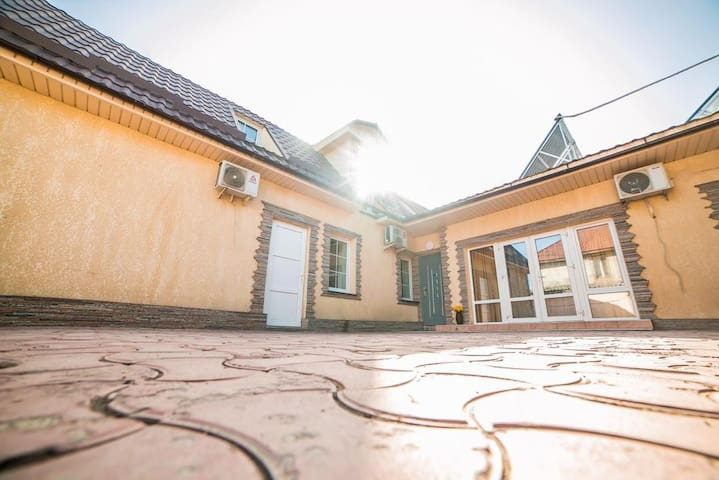 Сдаю уютный гостевой домик в центре Бишкека