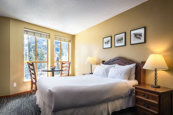 Lovely 5th-floor studio w/shared saunas, heated pool & hot tubs - walk to lifts!
