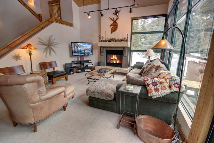 Updated and Spacious Condo in Quiet East Keystone!  Private Deck!