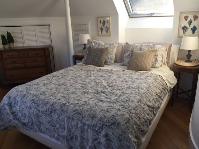 Queen bed in cottage near beach & train - Greenwich - House