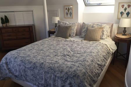 Queen bed in cottage near beach & train (98% pvt) - Greenwich - Casa