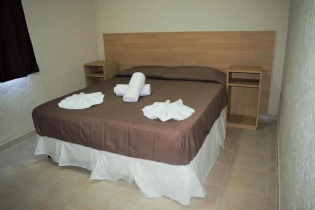 Dormitorio con aire acondicionado. Sommier tamaño queen. Placard con caja de seguridad