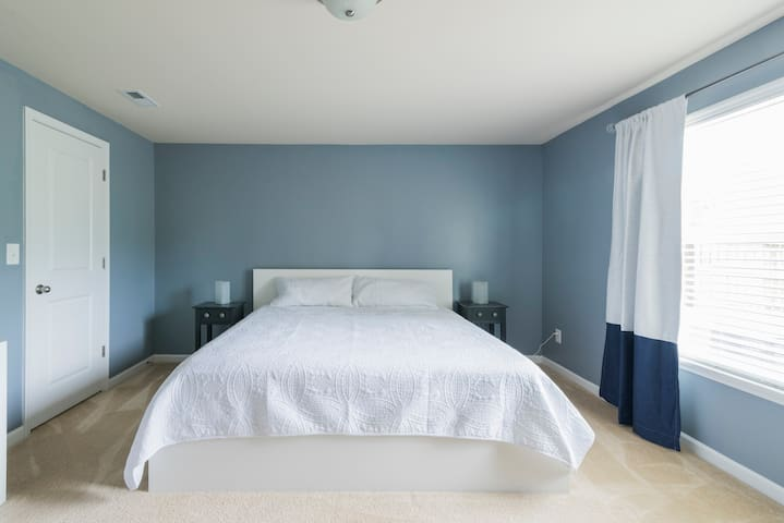 King size guest suite within 1000 sq ft space!