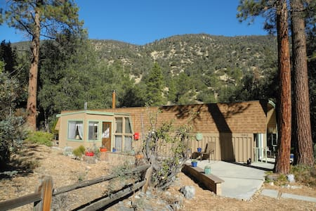 Cute, Romantic Cabin close to LA, Deck&Great Views