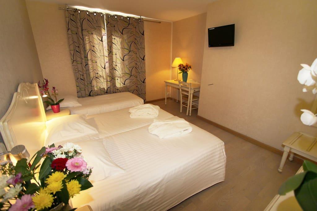 Chambre luxe tout confort chambres d 39 h tes louer la for Chambre d hote luxe