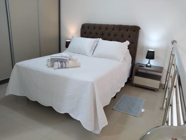Cama muito confortável, lencoes mantas e cobertores limpos e higienizados.
