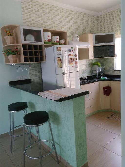 Cozinha com utensílios disponíveis aos hóspedes para fazer suas refeições - área compartilhada com a anfitriã.