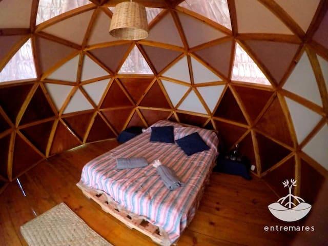 El domo es muy espacioso, por lo que en caso de necesidad, se podrá habilitar un espacio más dentro de la habitación.