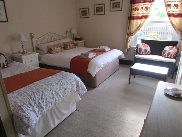 Comfortable Ensuite Triple Room in Friendly B&B