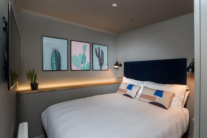 Deluxe Studio Apartment - Upper Floor - No Lift