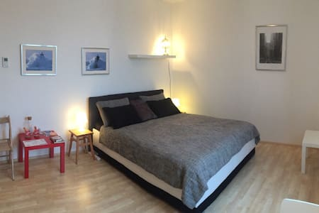 MODERN Apt -10min CENTER &FREE parking + QUEEN Bed - Praha