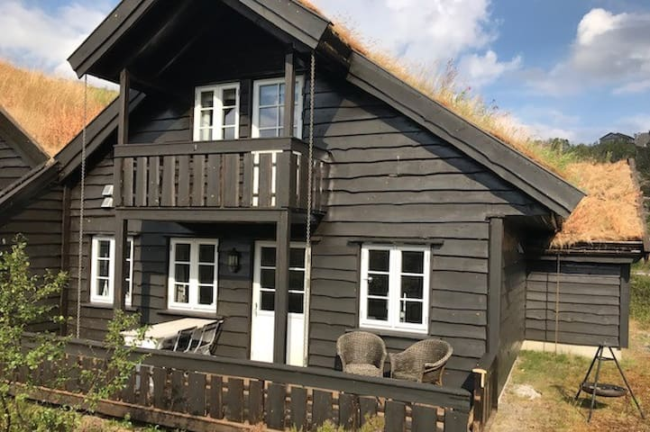 Koselig vertikaldelt hytte på Ljosland