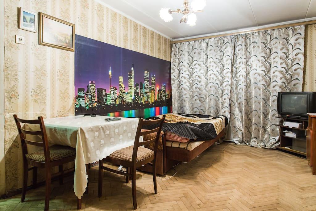 Первая комната, стол, телевизор