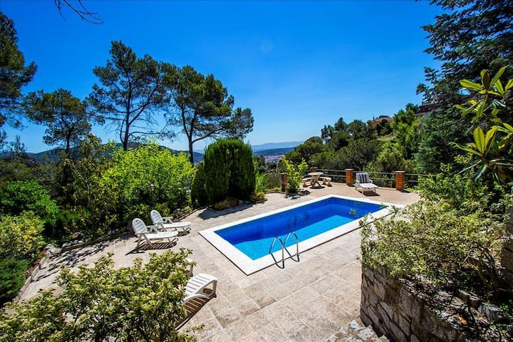 Cova del Drac villa for 10 guests nestled next to lush forests of a natural park - Barcelona Region - Villa