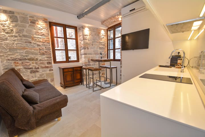Cute and Nice Old Town Apartment - Kotor - Leilighet