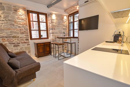 Cute and Nice Old Town Apartment - Kotor - Apartamento
