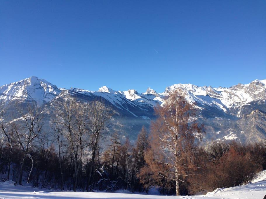 Grandiose panorama sur les montagnes depuis le chalet. Aucune autre construction devant