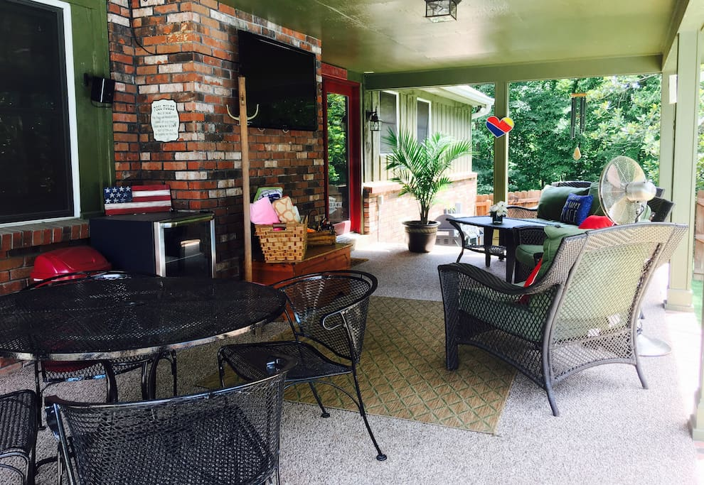 Veranda guests are welcome to enjoy to watch tv, enjoy a meal, socialize or enjoy the weather without direct sunlight. We have amazing lighting for the evening hours and Bluetooth speakers so you can enjoy your own favorite music while sitting by the pool.